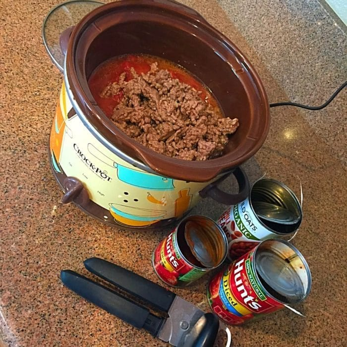 EASY crockpot chili recipe using only 5 ingredients.
