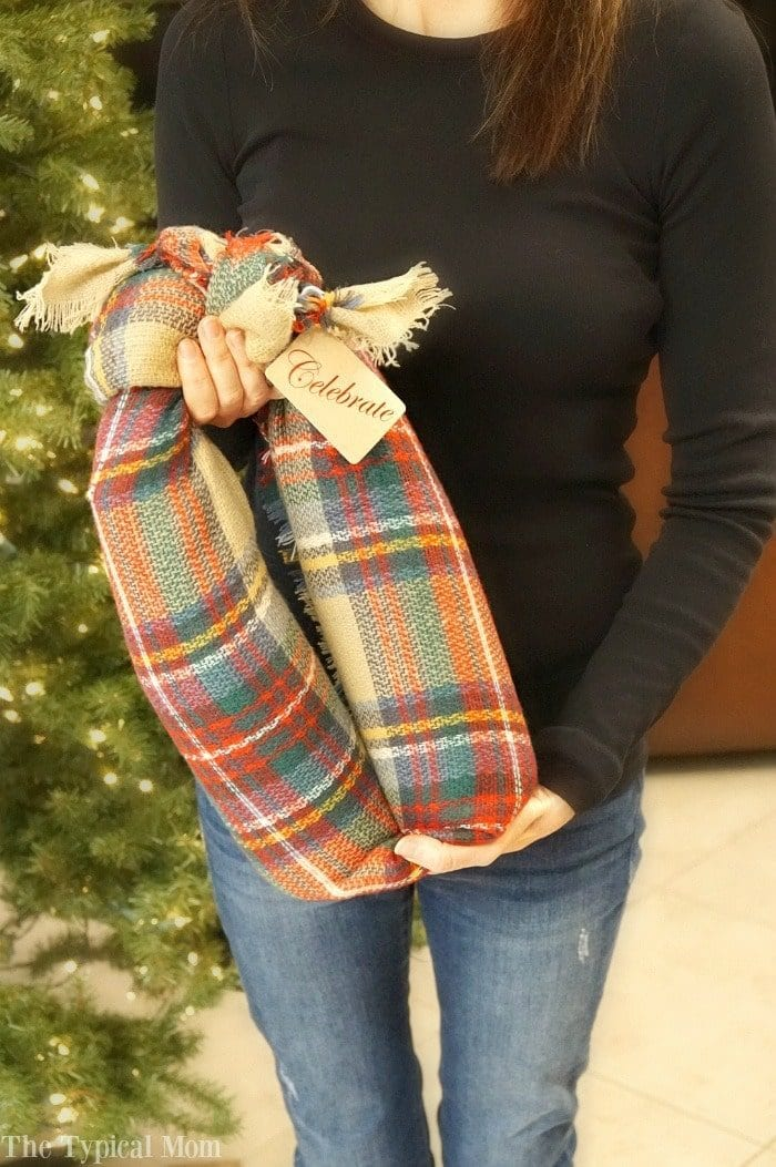how to wrap wine bottles in a scarf
